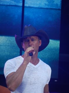 Tim McGraw Male Country Singers, Country Artists, Tim Mcgraw Faith Hill, Country Music Stars, Irregular Choice, Real Men, Beautiful Men, Favorite Things, Rain