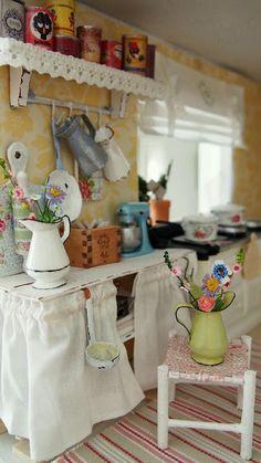 Nukkekoti Casablanca: Jakkara - The Stool Miniature Rooms, Miniature Kitchen, Miniature Houses, Miniature Furniture, Doll Furniture, Dollhouse Furniture, Dollhouse Interiors, Victorian Dollhouse, Dollhouse Dolls