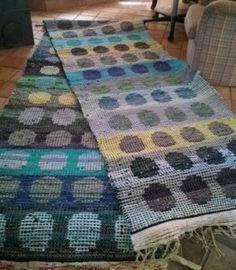 Elinan Erikoiset - Vuodatus.net Weaving Tools, Weaving Projects, Rya Rug, Recycled Fabric, Korn, Woven Rug, Textile Art, Fiber Art, Textiles