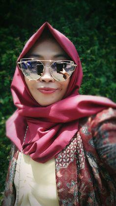 Selfie muslim hijab pose