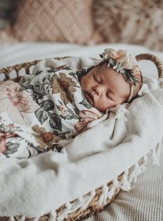 50 Adorable Newborn Photo Ideas For Your Junior - Newborn - Baby Baby Tritte, Baby Girl Newborn, Baby Sleep, Baby Love, New Born Boy, Baby Kicking, Foto Baby, Newborn Shoot, Newborn Baby Photography