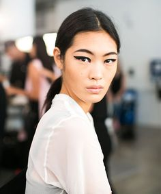 """the look he dreamt up for Cushnie et Ochs's summer-glam woman. """"It's a really exaggerated liner look, but it's not a cat-eye because it's kept completely straight. Clown Makeup, Glam Makeup, Beauty Makeup, Hair Makeup, Hair Beauty, Beauty Trends, Beauty Hacks, Graphic Eyeliner, Unique Makeup"""
