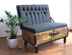 Winner of one of the previous years of the Recy-Things competition: an old suitcase chair Refurbished Furniture, Repurposed Furniture, Furniture Makeover, Painted Furniture, Vintage Suitcase Table, Suitcase Decor, Suitcase Chair, Furniture Projects, Diy Furniture