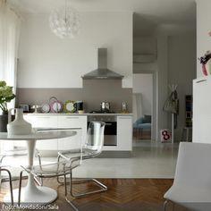 Eine Wohnküche ist praktisch, da man sich zum Kochen nicht in einen separaten Raum zurückziehen muss. Mithilfe der verschiedenen Bodenbeläge findet dennoch eine optische Trennung der verschiedenen Bereiche statt - mehr auf www.roomido.com.