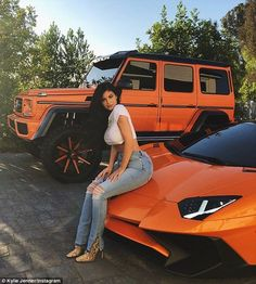 Kylie Jenner poses on her Lamborghini after getting G-Wagon wrapped in matching shade of orange 'just for the summer' Kylie Jenner Auto, Look Kylie Jenner, Kyle Jenner, Kendall And Kylie, Kendall Jenner Car, Kylie Jenner Jeans, Kylie Jenner Fashion, Kylie Jenner Photoshoot, Kylie Jenner Instagram