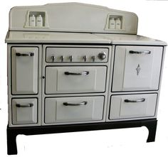 """This 1935 Wedgewood Stove is a unique beauty. It features salt & pepper and sugar & flour shakers, It has a lift-top lid, broiler, and storage. "" Very Art Deco.-still have one in my dining room as a ""wine caddy"". Vintage Kitchen Appliances, Kitchen Appliance Storage, Kitchen Stove, Old Kitchen, Country Kitchen, Kitchen Dining, 1950s Kitchen, Dining Room, Art Deco Kitchen"