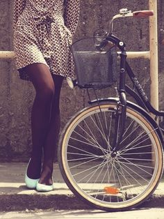 brown tights and then. Very nice transition from summer to fall! Brown Tights, Black Tights, Vintage Outfits, Vintage Fashion, Vintage Style, Go Ride, Cycle Chic, Bicycle Girl, Bike Style