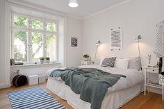 aranżacja małej sypialni w bieli i szarości