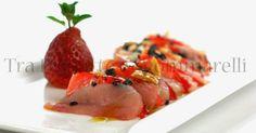 Tra Pignatte e Sgommarelli: Le mie ricette - Carpaccio di ricciola e fragole, con mandorle tostate al sale marino, fiocchi di sale nero ed emulsione di balsamico
