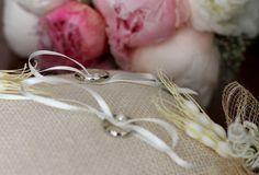 Dos elegantes lazos que protegen el símbolo más bonito de vuestra unión. Bracelets, Wedding, Jewelry, Fashion, Hair Bows, Bonito, Elegant, Valentines Day Weddings, Moda