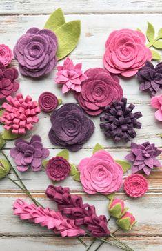 Flores de feltro em formato e tamanhos variados