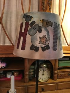 Lampara Zulú de Pitimini Cose Felt Crafts, Diy And Crafts, Country Lamps, Lampshade Redo, Handmade Lampshades, Quilted Gifts, Quilting Room, Country Paintings, Country Crafts