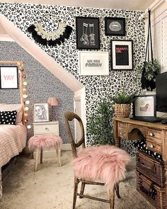 Feminine bedroom inspiration with monochrome leopard print wallpaper and blush pink accents. Leopard Bedroom Decor, Leopard Room, Leopard Decor, Monochrome Bedroom, Feminine Bedroom, Cheetah Print Bedroom, Cheetah Print Decor, Bedroom Prints, Leopard Prints