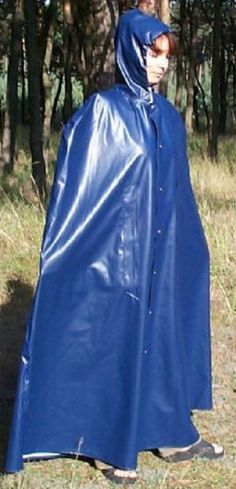 Schweres Gummicape für Starkregen Blue Raincoat, Pvc Raincoat, Rain Cape, Rubber Raincoats, Capes, Fashion Project, Future Fashion, Rain Wear, Girls In Love
