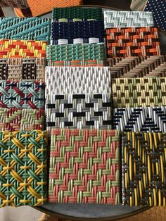 Yarn Crafts, Diy And Crafts, Arts And Crafts, Weaving Textiles, Weaving Patterns, Loom Weaving, Hand Weaving, Bracelet Fil, Woven Chair