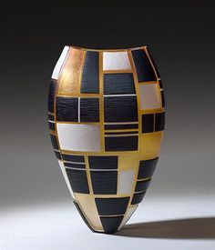 Interior Designer Richard Rabel delves into the modern glass artists of Baldwin Guggisberg and selects a few of their modern glass vessels to show off. Pottery Painting Designs, Pottery Art, Carillons Diy, Sculptures Céramiques, Bottle Vase, Modern Glass, Vases Decor, Oeuvre D'art, Ceramic Art