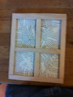Ik heb nu het 'glas' van het raam gemaakt met een kartonnen kaft van een boek en daarover heb ik stukjes van een boek met mache opgeplakt. Ik ga de volgende keer het gat maken in het raam en nog ff een plaatje opzoeken hoe dat er precies uitziet