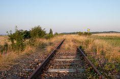 Ein Bahngeleise auf einer Steppe und in der Ferne verschwindet. Railroad Tracks, Image, Pictures, Train Tracks