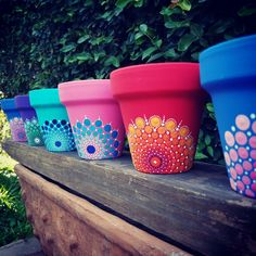 ▷ Macetas originales Macetas pintadas a mano. Pots painted with the technique of pointillism. Flower Pot Art, Flower Pot Crafts, Clay Pot Crafts, Clay Pot Projects, Flower Pot Design, Painted Plant Pots, Painted Flower Pots, Painting Terracotta Pots, Painting Clay Pots