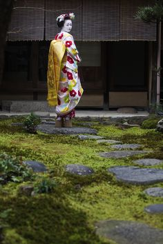 "oiran-geisha: "" The maiko Ichiyu! I love her so badly T.T (Source) "" Geisha Japan, Japanese Geisha, Japanese Kimono, Japanese Art, Japanese Things, Geisha Book, Geisha Art, Kimono Japan, Photographs Of People"