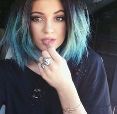 Kylie Jenner is adventurous when it comes to her hair. She can rock really long waves just as well as a shaggy bob. Kylie Jenner's hair changes often, thanks to extensions and her whims, but it pretty much always looks… Ombré Hair, New Hair, Girl Hair, Wave Hair, Kylie Jenner Hair, Jenner Makeup, Kylie Jenner 2014, Celebrity Selfies, Green Hair