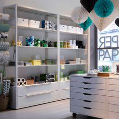 Librairie avec étagères blanches et blocs tiroirs sur roulettes ikea