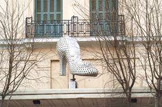 Το παπούτσι του Καρύδα, το απόλυτο cult διακοσμητικό της πόλης πολύ θα θέλαμε να το ξαναδούμε να λάμπει, όπως έλαμψε ξανά και το δίδυμό του πριν μερικά χρόνια. Thessaloniki, Macedonia, Old Pictures, Trip Planning, Greece, Places To Visit, City, Outdoor, Beautiful