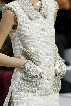Chanel Spring 2014 RTW - Details - Fashion Week - Runway, Fashion Shows and Collections - Vogue Chanel Couture, Style Haute Couture, Chanel Chanel, Chanel Pearls, Coco Chanel Style, Coco Chanel Fashion, Fashion Details, Look Fashion, High Fashion