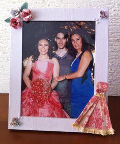 Portaretrato decorado para conservar la foto de XV años.  Facebook:  Laura Tartjetas