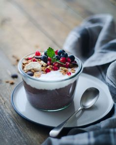 Myslíte si, že granola a biely jogurt je raňajková kombinácia iba letných horúcich dní? Tak si skúste nasypať do vašej obľúbenej raňajkovej misky Gabby´s granolu s neodolateľnou vôňou a chuťou banánov a kvalitnej horkej belgickej čokolády. Pridajte biely jogurt, zalejte troškou kvalitného medu, posypte mletou škoricou.  Ručná výroba. Sladené medom. Bez umelých farbív. Bez konzervantov. Bez umelej arómy. Dostupné aj ako bezlepková. Slovenský produkt. Granola, Acai Bowl, Breakfast, Food, Acai Berry Bowl, Morning Coffee, Meal, Muesli, Essen