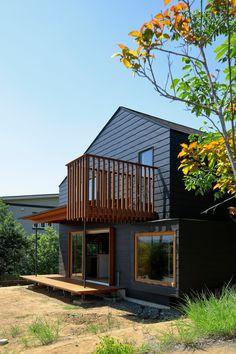 Rumah Pedesaan Tab House Rancangan Takanori Ineyama  Berita Arsitektur Jepang – Untuk mendorong penghuni rumah ini untuk dapat mudah bersosialisasi dengan tetangga mereka, arsitek Jepang Takanori Ineyama menambahkan sebuah dek teras, balkon lantai pertama dan sebuah jendela besar pada posisi depan bangunan.