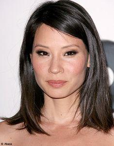 Lucy Liu tente ici un carré long avec une mèche plaquée sur le front. Le visage est dégagé et la coupe, intemporelle, s'adapte parfaitement à...