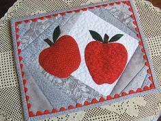 Patchwork Applique - Apples for a Teacher Mug Rug - via Quilting Projects, Quilting Designs, Sewing Projects, Quilting Patterns, Small Quilts, Mini Quilts, Quilted Coasters, Snowman Mugs, Christmas Quilt Patterns