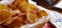 Croustilles épicées cuites au four- Enrobez des tranches de pommes de terre minces d'un mélange d'huile végétale, d'ail, de paprika fumé, de sel et de Cayenne. Déposez les pommes de terre sur des plaques à pâtisserie et faites cuire au four 40 minutes. Mangez comme accompagnement avec le repas!