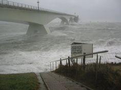 De zeelandbrug vanuit Zierikzee gezien tijdens de storm van 17 januari 2007. Het voetpad dat onderaa | Zeeland op foto