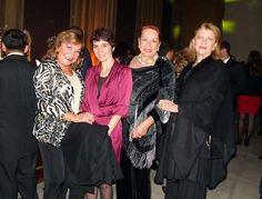 Cecilia Poggi, de Aerolíneas Argentinas, junto a un grupo de invitadas.