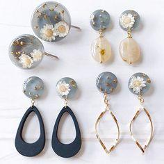 """POS POS 在 Instagram 上发布:""""🌸レジンアクセ🌸 . グレーに着色したレジン作りました . 深みのあるグレーを半透明にして ラメを少し混ぜ 白いお花とゴールドの蕾を入れて 表面をつやつやにしました 左右で違うデザインです . 3種類のモチーフを下げました . おそろいのデザインでポニーフックも .…"""" Cute Jewelry, Jewelry Crafts, Jewelry Art, Beaded Jewelry, Jewelry Accessories, Jewelry Design, Pop Sicle, Diy Resin Crafts, Resin Jewelry Making"""