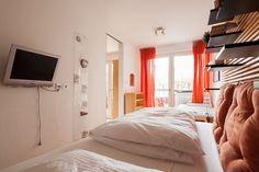 Apartment in München, Germany. Das Zimmer ist klein und verfügt über einen direkten Zugang zur Terrasse. Ich schlafe im Durchgangszimmer, Rücksichtnahme ist also wichtig! Die Straße ist belebt aber die Wohnung geht nach hinten raus und liegt sehr ruhig. vom 19.05.2017 - 11.06.2... - Get $25 credit with Airbnb if you sign up with this link http://www.airbnb.com/c/groberts22