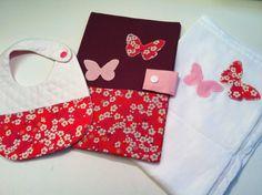 Coffret cadeau naissance: Liberty rouge (bavoir, protège carnet de santé papillons, lange papillons) : Mode Bébé par l-atelier-cousette