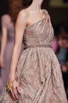 See all the Details photos from Christian Dior Spring/Summer 2020 Couture now on British Vogue Dior Haute Couture, Christian Dior Couture, Couture Fashion, Runway Fashion, Spring Fashion, Fashion Show, Fashion Outfits, Christian Siriano, Daily Fashion