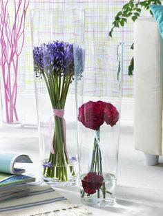 Blumen Dekoration mit Einzelblüten  - 943196_StehstraeusseInHohenGlasvasen_600x8004