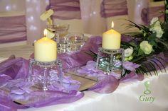 Sviečky na svadbu na dekoračných sklených svietnikoch a zrkadlách.