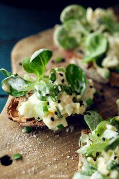 Amuse-Bouche, jolie tartine avec salade , pdt,oeuf, concombre, mayo et mâche .