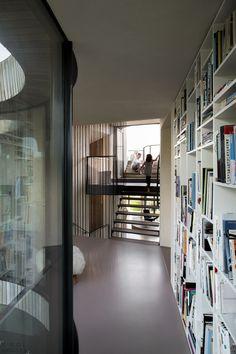 Современный дом с футуристическим дизайном на севере Голландии-13