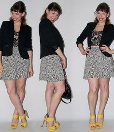 Look do dia: como usar saia de cintura alta com crop top. Saia de cintura alta e crop top Urban Outfitters, sandália Santa Lolla, bolsa Coach - blog de moda
