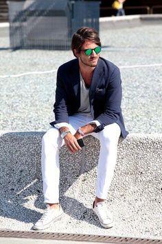 ネイビージャケット白パンツメンズ着こなし