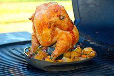 Se her hvordan du laver en hel kylling med grøntsager i en kyllingholder til grillen. Kylling og tilbehør er klar samtidig på en time.  Dette er en nem opskrift på en hel kylling, der grilles ved Rotisserie Chicken, Chicken Recipes, Turkey, Food And Drink, Snacks, Meat, Baked Chicken, Recipes With Chicken, Cooked Chicken