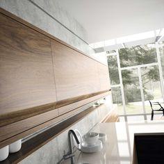 COCINA ARGEL || La elegancia de la puerta de nogal se acentúa con el modelado integrado que facilita su apertura sin necesidad de tirador.