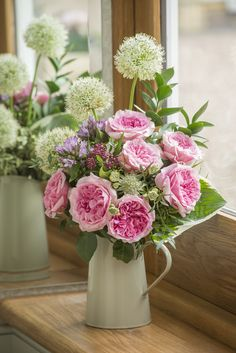 Miranda Cottage Garden arrangement in a jug #Cutflowers #CutRoses