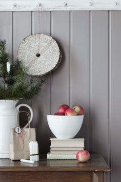 Sommerdrømmer FR1225, en herlig nyanse av grått som lett kan kombineres med andre farger. Selv om navnet er sommerdrømmer er den vakker i vinterlyset. #grå#grey#epler#skjenk#grankvist#panel#maling#painting#farge#inspirasjon#inspiration#detaljer#fargekart#kjøkken#stue#gang#hall#kitchen#hvit#skål#Fargerike Ikea, Kitchens, Ikea Co, Kitchen, Cuisine